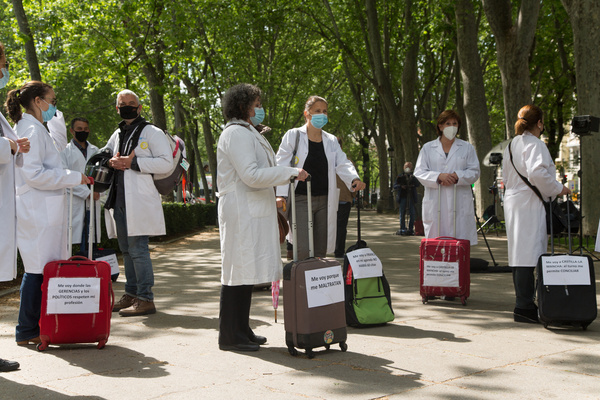 Primary care doctors summoned by the AMYTS (Asociación de Médicos y Titulados Superiores) health union, have protested against the Exodus of doctors with a performance.