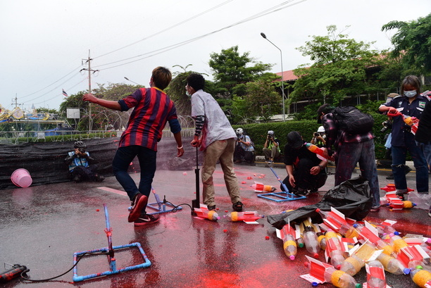 Anti-government protesters face the riot police at Nang Loeng intersection, where officials used barbed wire to prevent protesters arriving at Government House, clashes erupted between protesters and riot police. Protesters fire fireworks throwing firecrackers and threw paint red at the officers. Riot police responded with water and deployed fast-moving units with tear gas, rubber bullet gun Chase and arrest the protesters.