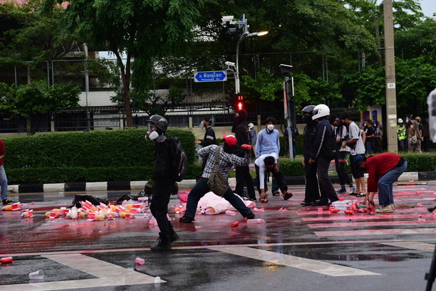 Anti-government protesters throw rockets full of paint at police. Anti-government protesters face the riot police at Nang Loeng intersection as their stand against Prime Minister Prayuth Chan-ocha's administration continues.