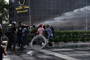 Riot police used barbed wire to prevent protesters arriving at Government House. Anti-government protesters face the riot police at Nang Loeng intersection as their stand against Prime Minister Prayuth Chan-ocha's administration continues.