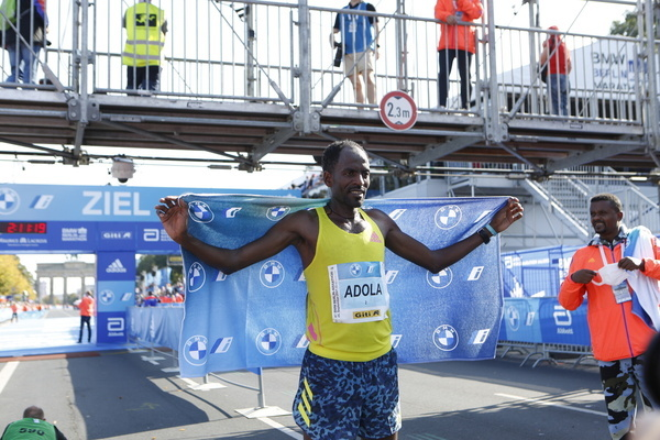 Berlin: Around 30,000 runners take part in the Berlin Marathon with start and finish at the Brandenburg Gate.