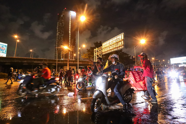 Anti-government protesters clashed Riot police at Vibhavadi Rangsit Road near Din Daeng Junction on the way to PM Prayut house in 1st Infantry Regiment, during Protest against the government.