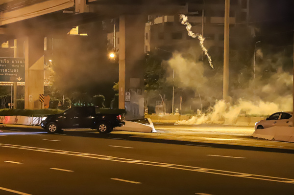 Anti-government protesters clashed Riot police at Vibhavadi Rangsit Road near the Royal Thai Army Band Department on the way to the 1st Infantry Regiment, PM Prayut house.