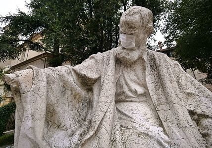 Provocation on the statue of Nicolò Tartaglia, put a surgical mask on the monument! Tartaglia great Brescian mathematician who found the solution by algebraic resolution of the equations of the third degree.