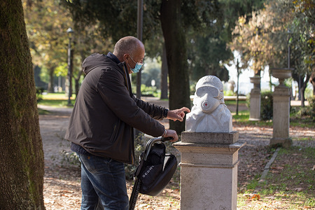 A few days ago in the Pincio gardens in Rome a white marble bust appeared, as a tribute to health workers fighting the Covid-19 pandemic.