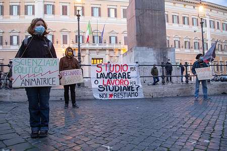 """Flashmob in front of Montecitorio Palace in Rome organized by student-workers of youth network """"Noi Restiamo"""""""