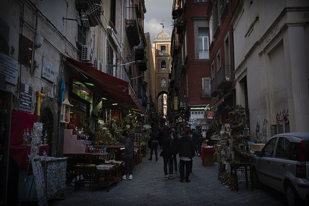 In the ancient San Gregorio Armeno in Naples, famous all over the world for the artisans that made by hands since very long time the reproduction of the Christian nativity, among the statuettes it seems that the new normality is taking hold, perhaps thanks to the Christmas spirit