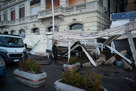 The seastorm of the last time hit the Lungomare of Naples. The pavements and the parapets are destroyed, the restaurants affected are suffering the worst damage, with windows and structures broke by the wind and the resacket.