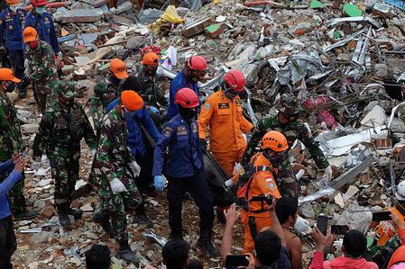 Combined TNI and Basarnas evacuated victims who died due to debris during the 6.2 SR earthquake in Mamuju City, West Sulawesi.