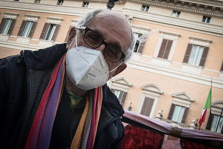 Father Alex Zanotelli with a new protest fast in piazza Montecitorio, against Europe cannot keep silent about the abandonment of migrants in Libya, in Turkey, in Lesbos, on the Balkan route, to remember and not remain silent.