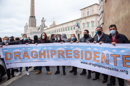 Sit-in in favor of Mario Draghi organized by a spontaneous movement of citizens in front of the Quirinale Palace.