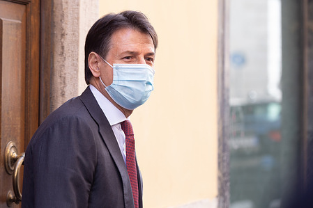 The former Prime Minister Giuseppe Conte walked out of Palazzo Chigi and returned to his home, walking through the streets of the center of Rome.