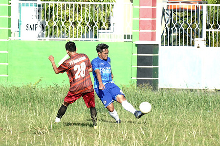 Parepare Football Traveler Players, fighting over the ball with Makassar Football Traveler players in a friendly match at the Suppa, Pinrang Field, South Sulawesi.