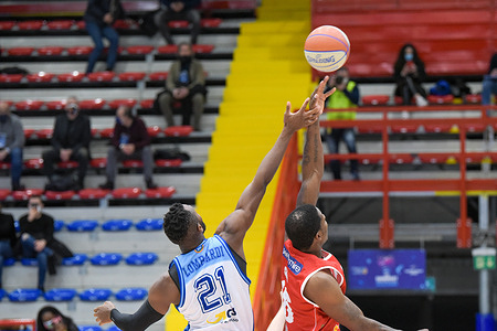 The GeVi risks throwing itself away, Marini shakes it in time by winning against Pistoia 79-64.