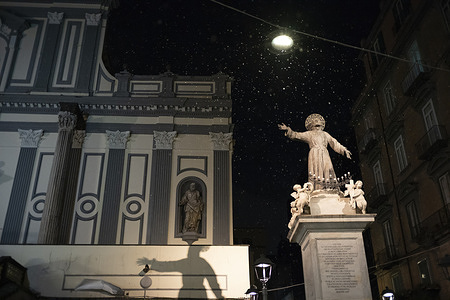 A strange phenomenon for Naples and the Neapolitans: snow falls on the streets of the city.
