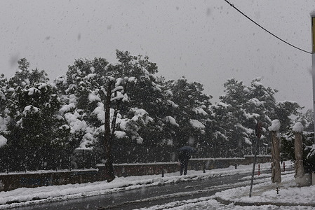 """Heavy snowfall in Attica caused by """"Medea"""" has dressed many areas of Athens in white."""
