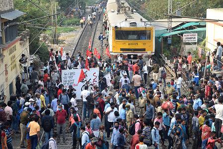 Left Wing activists block railway track during Nationwide four (4) hours Rail Rokho (Rail Strike) demonstration called by Samyukta Kishan Morcha (SKM), as part of their agitation against Centres farm reform laws in Kolkata.