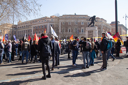 Sit-in organized by the unions (CUB, ACC, Assovolo, USB) of Alitalia workers in front of the Ministry of Transport