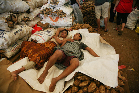 Traders are fast asleep in the traditional market of the Karamat Jati Central Market, East Jakarta, in the midst of the Covid-19 pandemic, Wednesday (3/3/2021).