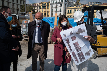 The councilor for public works Alessandra Clemente and the councilor at the Marco Gaudini road network, visit the Arco station Mirelli of Line 6 of the Metro and Piazza della Repubblica, whose completion and arrangement works are now almost completed. In particular in Piazza della Repubblica the works for the creation of the roundabout with the installation of the restored monument to the Scugnizzo Neapolitan, which celebrates and recalls the popular uprising of Naples in '43 against the Nazis, and is nearing completion redevelopment of flower beds and gardens.