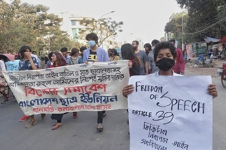 The Bangladesh Students Union gathered in the Dhanmondi area of Dhaka to demand justice for the death of jailed writer Mushtaq under the Digital Security Act and to repeal the law.  At the same time, they demanded the unconditional release of the activists detained in the movement. Dhaka 6 March 2021