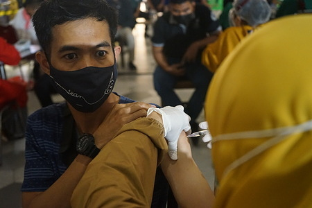 Hundreds of employees of the Trans Studio Mall Makassar received a mass injection of Covid-19 vaccination. Vaccination activities are intended to prevent and suppress the spread of the corona virus to workers in malls.